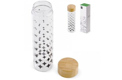 Glass bottle with wooden lid that is decorated with a pattern on the bottle. The design is modern and stylish at the same time. Start using this borosilicate glass bottles to reduce the plastic bottles and thus contribute to reduce plastic waste. This bottle is suitable for carbonated drinks.